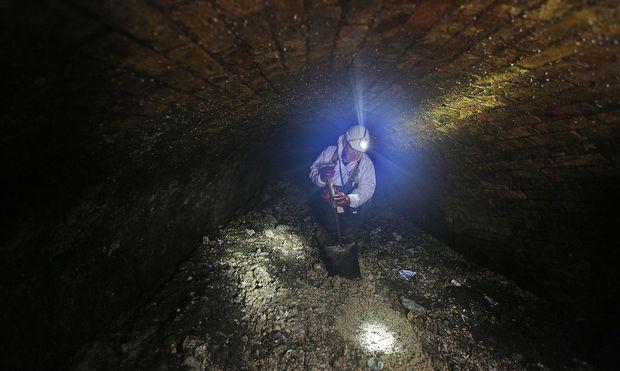 Die stinkende Masse wälzt sich über hunderte Meter durch Abwasserkanäle aus der viktorianischen Ära.