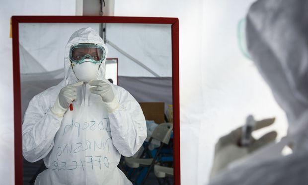 Eine medizinische Mitarbeiterin der Ebola-Einheit im Krankenhaus von Bwera, Uganda, an der Grenze zum Kongo.