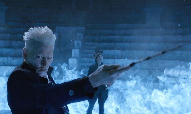 Der böse Zauberer Grindelwald (Johnny Depp) hat sich eine Festung tief in den Bergen gebaut.