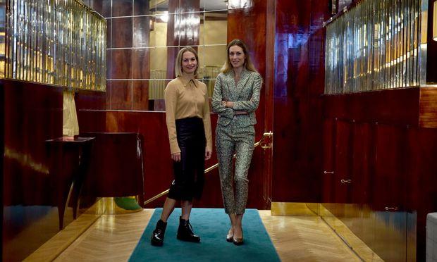 Lotte Puschmann (l.) und Ema Kaiser-Brandstaetter laden seit 2018 in ihren Salon im Looshaus.
