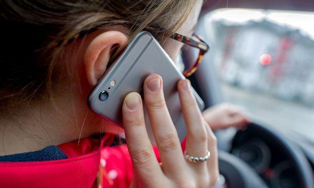 Smartphone am Steuer kann zur Todesfalle werden.