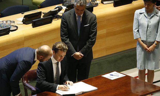 Außenminister Sebastian Kurz unterzeichnete das von ihm beworbene Atomwaffenverbot.