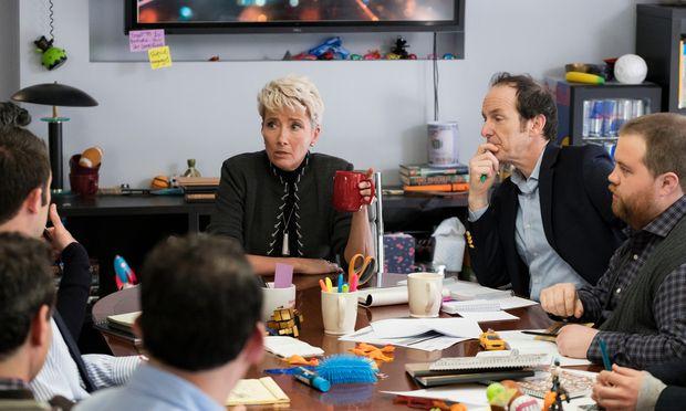 Katherine (Emma Thompson) im Kreis ihrer Mitarbeiter. Anfangs kennt sie nicht einmal deren Namen – jeder bekommt von ihr eine Ziffer zugewiesen.