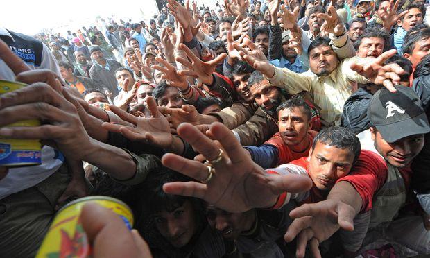 Symbolbild:Flüchtlinge greifen nach Essen