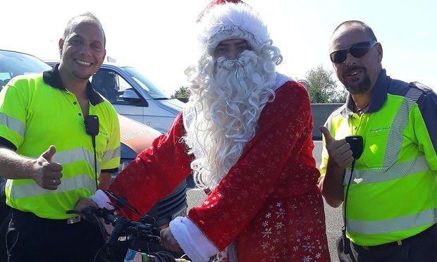 ASFINAG: Radfahrer im Weihnachtsmann-Kost�m auf der A 4 Ostautobahn gestoppt