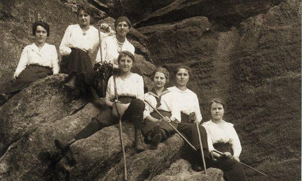 Kann man noch selbstbewusster in die Kamera blicken? Eine Gruppe von Fräuleins mit herausforderndem Blick, fotografiert im unwegsamen Gelände.