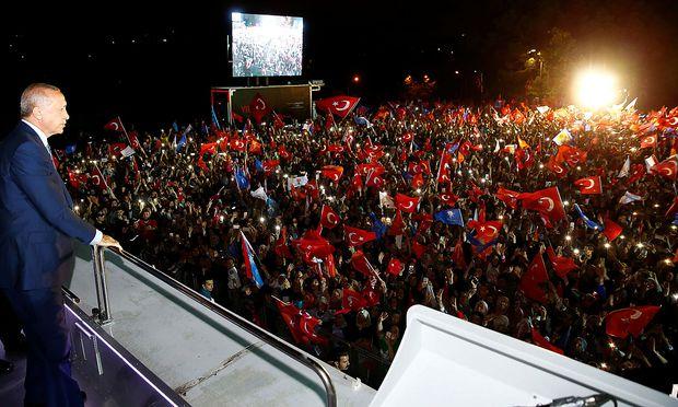 Erdogan vor seinen Anhängern.