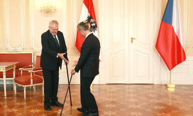 Zwei Männer mit Stock. Miloš Zeman, Tschechiens Präsident, empfing Norbert Hofer, den FPÖ-Präsidentschaftskandidaten, in der Prager Burg.