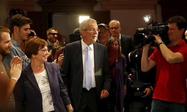 Alexander Van der Bellen supported by the Greens arrives for his final election rally ahead of Austrian preseidential election in Vienna