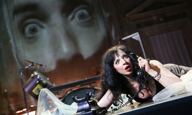 Ursula Pfitzner ist eine vokal und darstellerisch imponierende Herzogin.