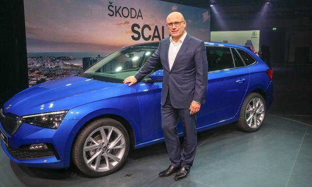 Premiere in Tel Aviv: ?koda-CEO Bernhard Maier mit dem neuen, kompakten Scala. / Bild: (c) Ronen Topelberg/ Werk