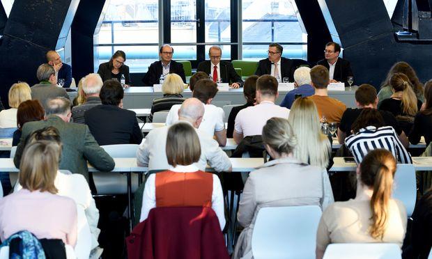 """Diskussion über Sicherungshaft im Juridicum, moderiert von Benedikt Kommenda (""""Die Presse"""")."""