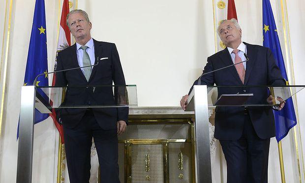 Wirtschaftsminister Reinhold Mitterlehner (ÖVP) und Sozialminister Rudolf Hundstorfer (SPÖ)