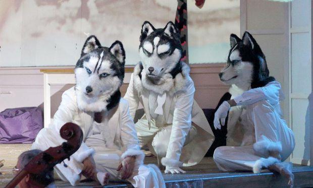 Zum Personal der Schneekönigin gehören auch drei Trolle, die gern Tiermasken tragen . . . Christine Lutz hat die Kinderoper nach Hans Christian Andersens Märchen fantasievoll inszeniert.
