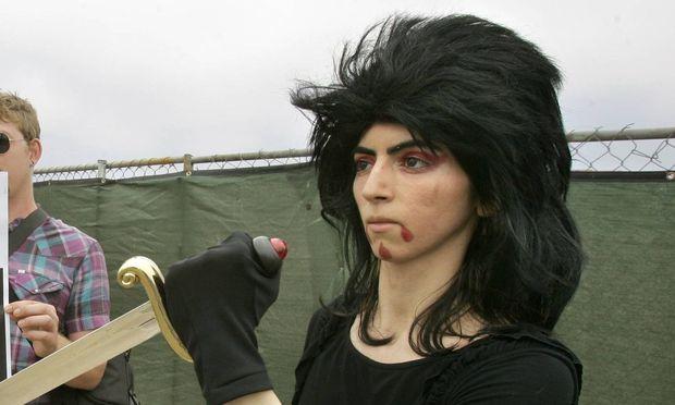 Archivbild: Die mutmaßliche Schützin während einer Demonstration.