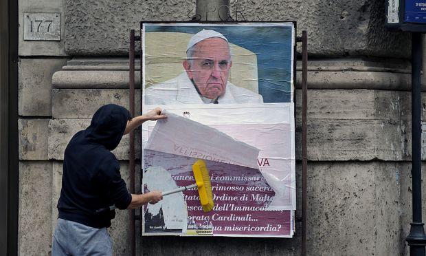 Papst mit grimmigem Blick samt Schelte gegen ihn: 200 dieser Plakate wurden in Rom affichiert.