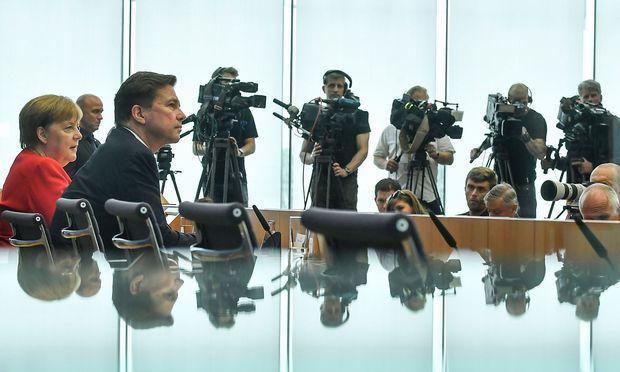 Angela Merkel stellt sich den Journalistenfragen.