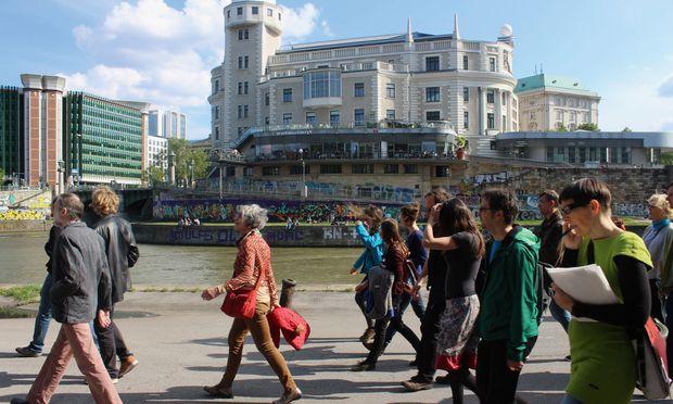 Austausch. Ein Thema, ein Weg und viele Füße: Die Walks führen quer durch Wiens Grätzl.