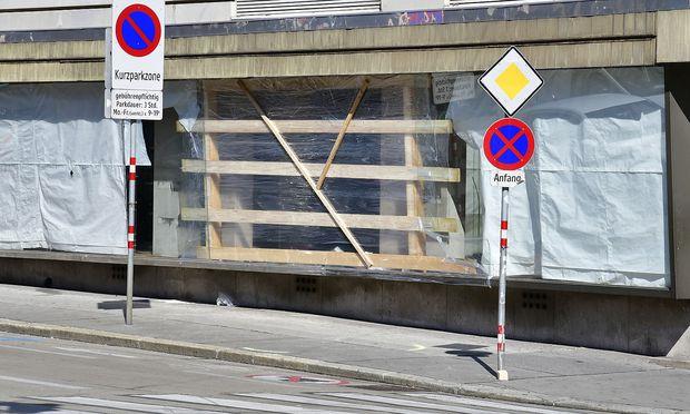 WIEN: LENKER VERLOR KONTROLLE - ZWEI FUSSGAeNGER IN LEBENSGEFAHR