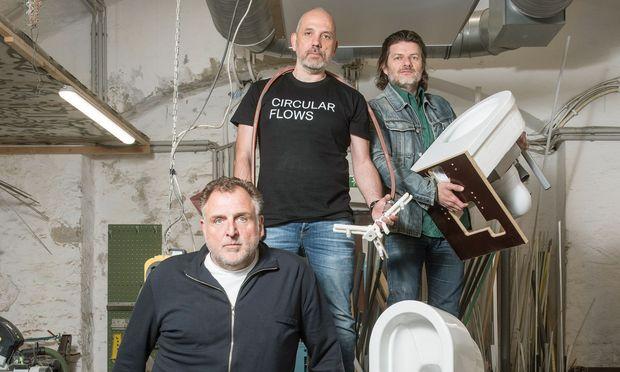 """Neu Gedacht. Revolutionen starten auch in der Werkstatt: Die Designer von EOOS mit der """"Urine Trap"""". Martin Bergmann (vorn), Harald Gründl und Gernot Bohmann."""