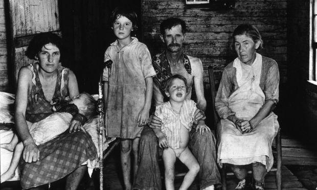 Der Fotograf Walker Evans besuchte mit dem Journalisten James Agee 1936 die Hütten der bitterarmen Baumwollpflücker in Alabama. Die Reportagen darüber sprengten die traditionellen Formen und Grenzen des damaligen Journalismus.