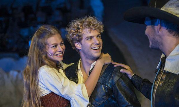 """""""Constance"""" Zoe Straub debutierte auf einer Musicalbühne und fand in Christopher Dederichs als D'Artagnan einen stimmigen Bühnenpartner."""