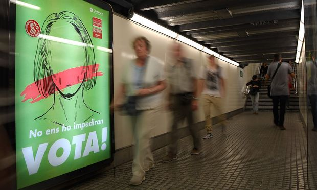 Ein Plakat in einer U-Bahnstation in Barcelona ruft zur Abstimmung über die Unabhängigkeit Kataloniens von Spanien am 1. Oktober auf.