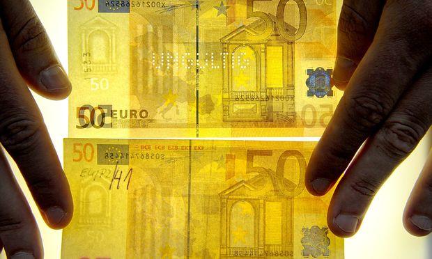 Symbolbild Falschgeld.  / Bild: (c) dpa (Z5327 Soeren Stache)
