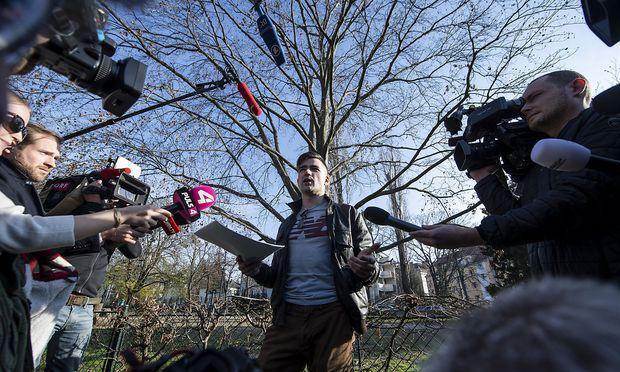 Im Türkenschanzpark: Martin Sellner am Freitag dieser Woche, nachdem die in einem Café geplante Pressekonferenz nicht stattfinden konnte, weil der Wirt das Lokal zuvor zugesperrt hatte.