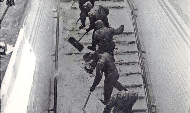Als es in Wien noch Winter gab: Schneeräumung in der S-Bahn in den 1980ern.