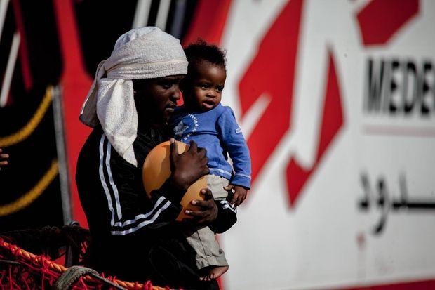 Migranten verlassen in Salerno ein Schiff der Nichtregierungsorganisation (NGO) Ärzte ohne Grenzen.