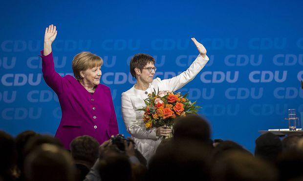 Angela Merkel (l.) und Annegret Kramp-Karrenbauer