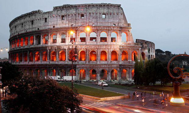 Das Kolosseum (Archivbild) erstrahlt am Samstag in roter Farbe. / Bild: GEPA pictures