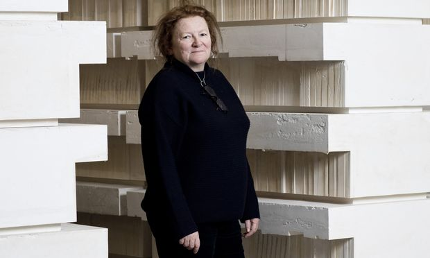 """""""Es war eine politisch sehr sensible Zeit"""": Rachel Whiteread, geboren 1963 in London, hat das Holocaustmahnmal auf dem Judenplatz, eine inverse Bibliothek, gestaltet. Hier steht sie im Belvedere 21, in der Retrospektive auf ihr Werk, die davor in der Tate Britain in London zu sehen war."""