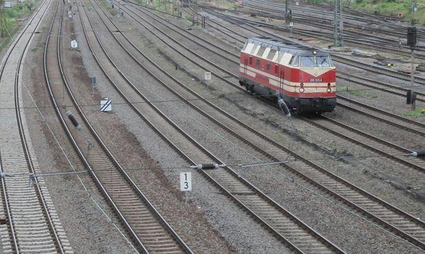 Eine Dieslllock BR 1 228 steht auf einer Bahnstrecke im Norden von Halle Bahnstreik GDL Lokfuehrerst