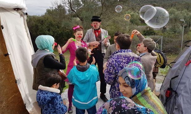 Clowndarbietung im medizinischen Zentrum der Ärzte ohne Grenzen – eine Ablenkung vom tristen Alltag im Flüchtlingslager Moria. / Bild: (c) Erich Kocina