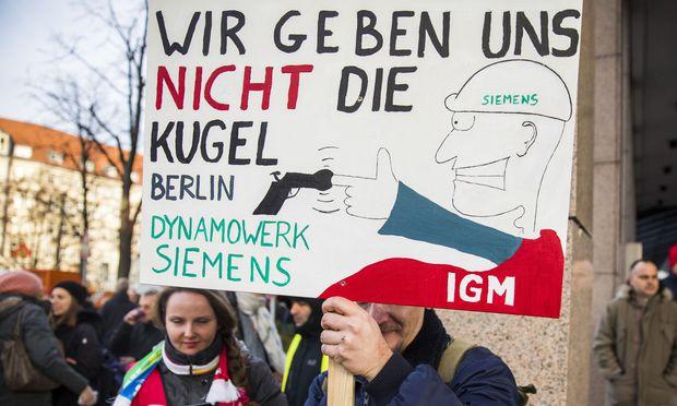 Siemens-Beschäftigte protestieren gegen Stellenstreichungen