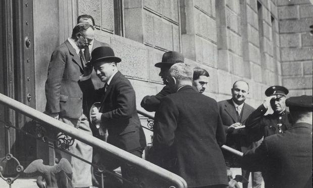 Der letzte Akt der Ersten Republik: Engelbert Dollfuß am 30. April 1934 auf dem Weg zur Wiederaufnahme der Nationalratssitzung vom 4. März 1933. Diese diente dann allerdings lediglich der Legitimierung seiner Ständestaatsdiktatur.
