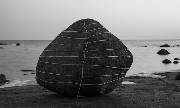 Die finnische Galerie Taik Persons präsentiert die märchenhaften Grenzüberschreitungen zwischen Fotografie und Land Art von Anna Reivilä.