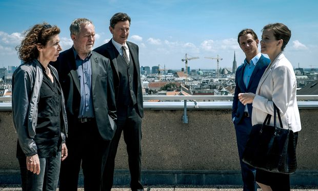 Bibi Fellner (A. Neuhauser), Moritz Eisner (H. Krassnitzer) und Oberst Rauter (H. Kramar) werden vom Innenministerium (S. Wendelin, F. Hackl) zurückgepfiffen.