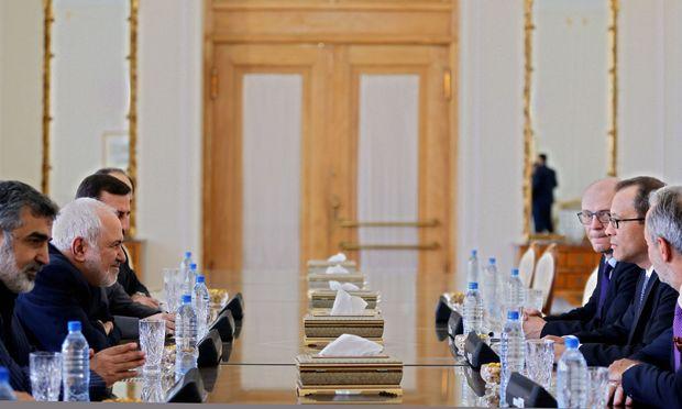 Heikle Gespräche: Irans Außenminister Zarif (1.v.l.) empfängt Interims-IAEO-Chef Feruta (2.v.r.) in Teheran.