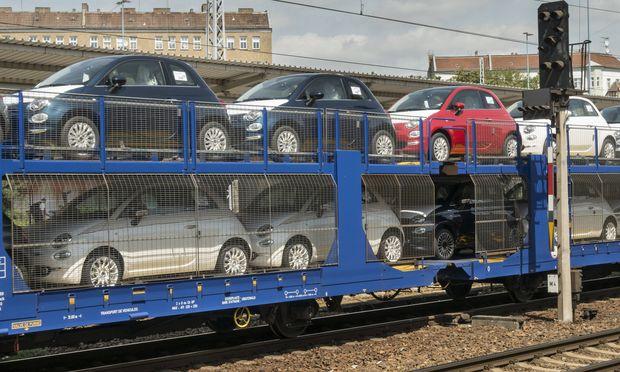Ein G�terzug mit fabrikneuen Fiat 500 Autos im Bahnhof Berlin Lichtenberg Foto Volker Hohlfeld Neu