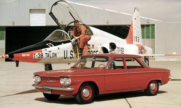 Kofferraum vorn: Chevrolet Corvair 1960. Der Jet ist eine Northrop T-38, Überschalltrainingsmaschine der Airforce.