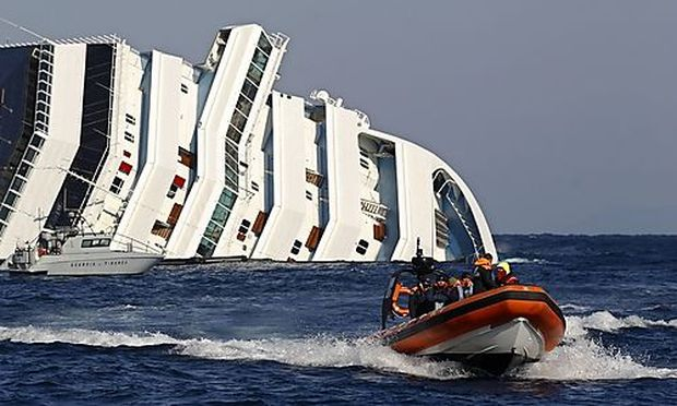 Helfer krehren von einem Einsatz beim Wrack des Kreuzfahrtsschiffes zurück.