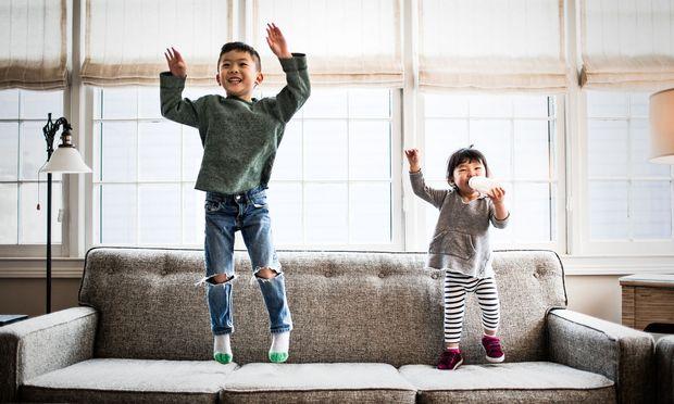 Kinder können noch ganz unbeschwert glücklich sein. Sie grübeln auch nicht darüber, ob Glück vom Einkommen oder von sozialer Gleichheit abhängt – oder ob wir mit beidem auf der falschen Fährte sind.