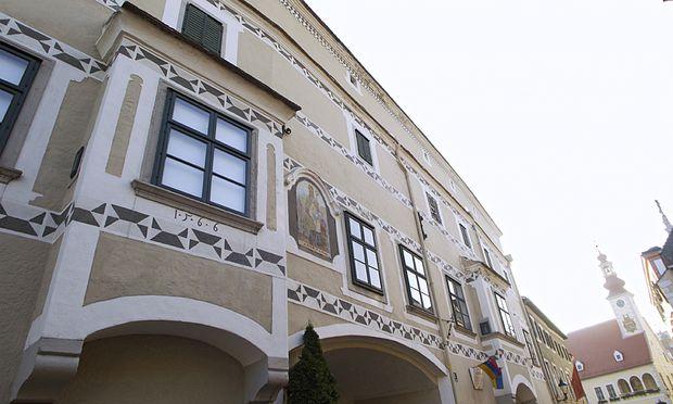 """""""Schnell einmal die Fassade zu streichen geht nicht,"""" sagt Mechthild Schindler-Hofer."""