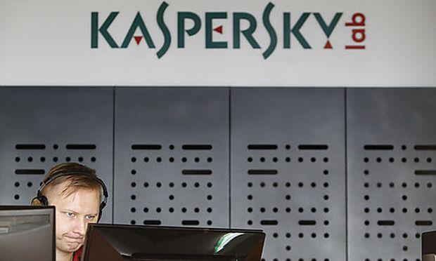 Ein Kaspersky-Mitarbeiter bei der Arbeit im Büro des Unternehmens in Moskau