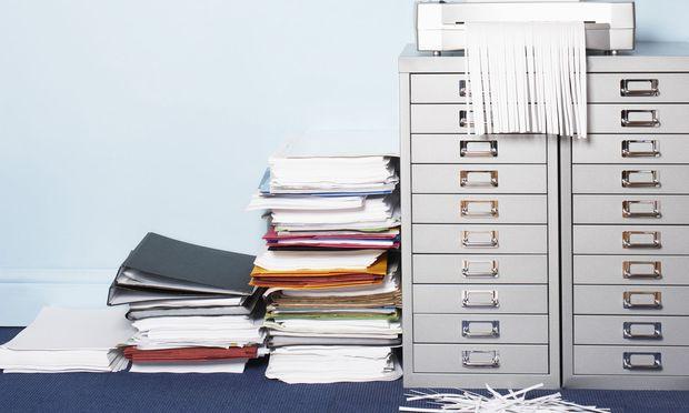 Erst wird Papier in großen Mengen ausgedruckt, später dann geschreddert.