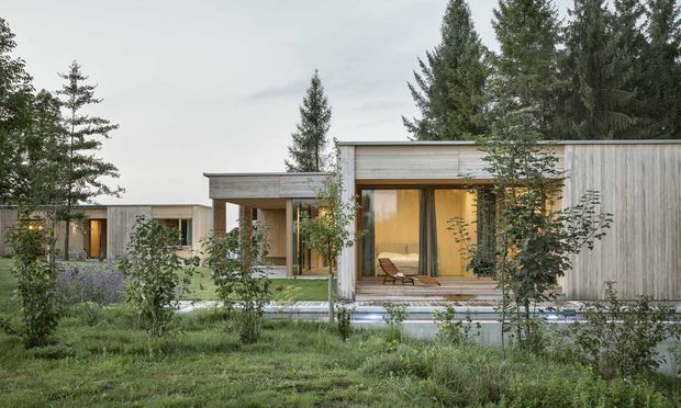 Freiraum und Rückzugsmöglichkeiten: zwei Häuser mit gemeinsamem Garten.