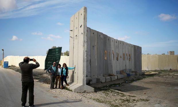 Touristen posieren am Kerem Shalom, dem einzigen israelischen Übergang für Waren in den Gazastreifen.